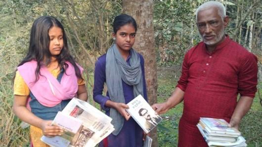 কাউখালীতে বাড়ী বাড়ী গিয়ে শিক্ষার্থীদের হাতে বই পৌঁছে দিলেন খসরু