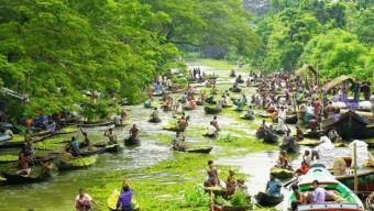 নাজিরপুরে বেলুয়া নদীতে জমে উঠেছে বৈঠাকাঠা ভাসমান বাজার